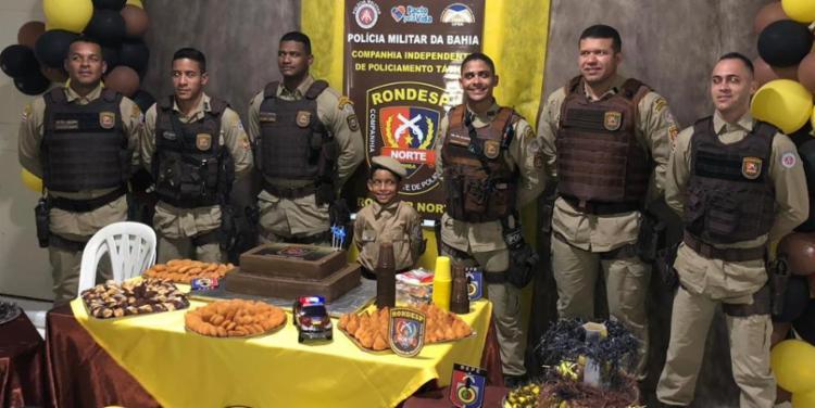Militares atenderam ao pedido da mãe de José Huggo para surpreendê-lo - Foto: Divulgação | PM-BA