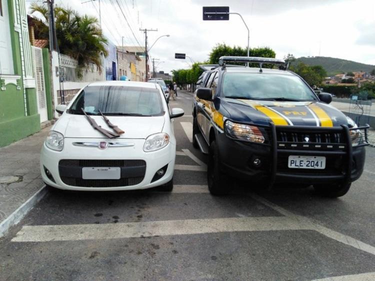 No veículo abandonado pelos suspeitos foram encontrados objetos de um furto anterior e duas espingardas calibre 24 - Foto: Divulgação  SSP-BA