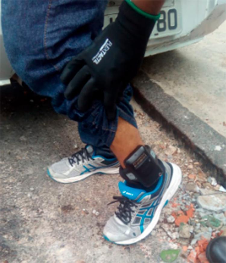Suspeito afirmou que utilizava a tornozeleira devido ao crime de violência doméstica - Foto: Reprodução | SSP-BA