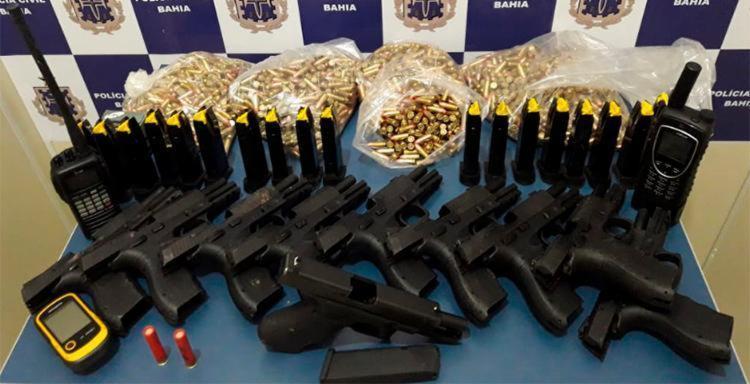 Dez pistolas calibre 9 mm, de uso restrito, mais de duas mil munições um rádio e um telefone via satélite foram apreendidos - Foto: Divulgação | SSP-BA