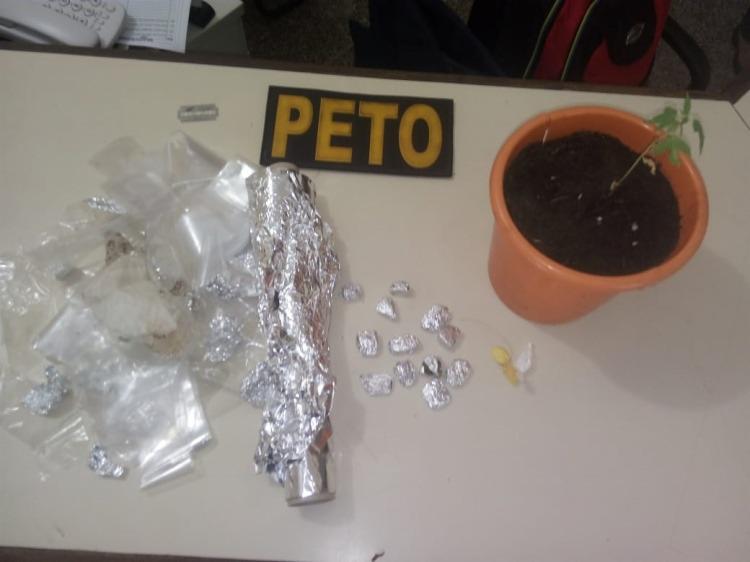 Cães policiais encontraram as drogas escondidas dentro de blocos de concreto na parede da cozinha da suspeita - Foto: Divulgação | SSP-BA