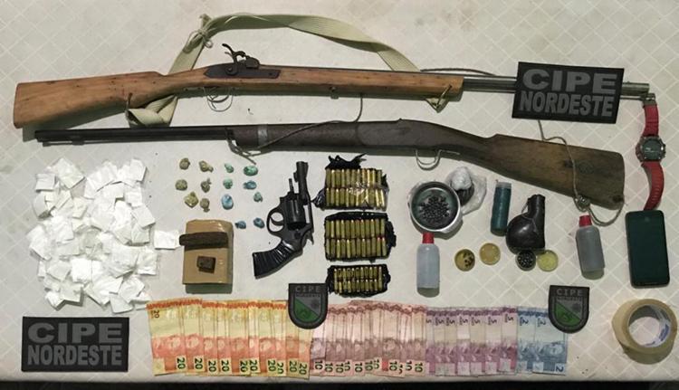 Na casa de Nicanor, a polícia apreendeu munições, drogas e espingardas - Foto: Divulgação | SSP-BA