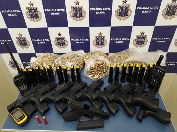 Pistolas de uso restrito e munições foram apreendidas com quadrilha - Foto: Divulgação   SSP- BA