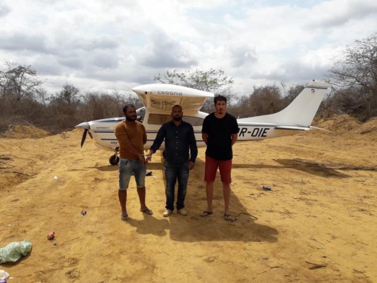 No dia em que a pista foi descoberta, em 20 de outubro, três suspeitos foram presos prestes a decolar