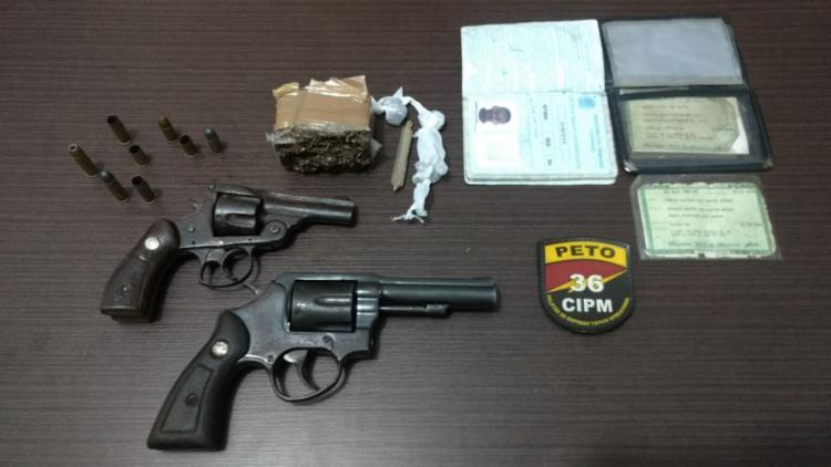 Com os suspeitos foram apreendidos dois revólveres calibre 38, munições e algumas porções de maconha - Foto: Divulgação | SSP-BA