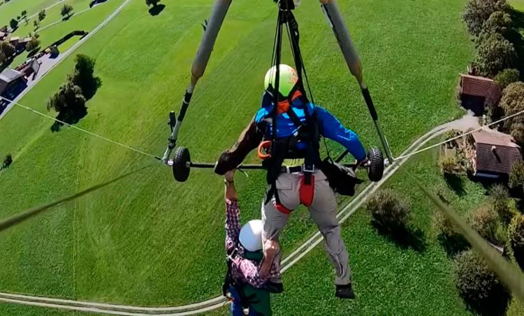 Turista ficou pendurado durante todo o voo pelos Alpes suíços - Foto: Reprodução | YouTube