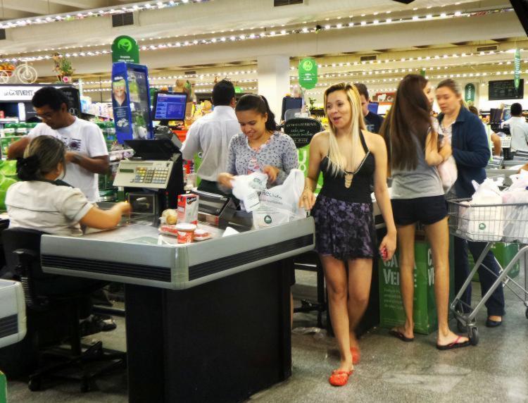 Há vagas para operador de caixa e outras funções em lojas e centros de distribuição - Foto: Rafael Neddermeyer | Fotos Públicas