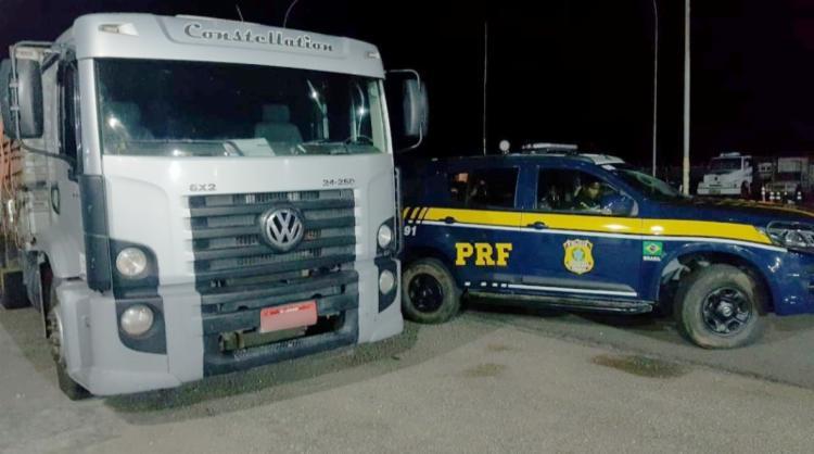 Agentes realizavam patrulhamento quando avistaram um veículo de carga com placas suspeitas - Foto: Divulgação   PRF-BA