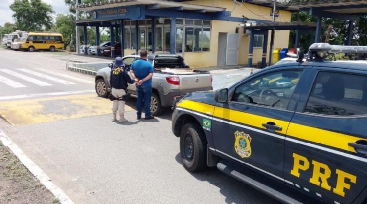 Homem foi preso com arma após abordagem em Feira - Foto: Divulgação   PRF