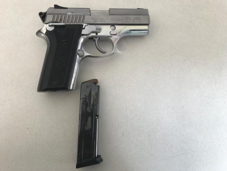 Arma calibre 380 apreendida com o homem