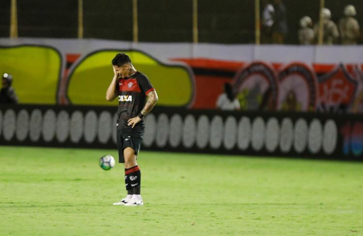 Vitória perde para o Atlético-PR e se complica na luta contra o ... 2bd9d4e416066