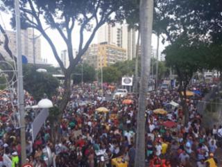 Amantes do samba se concentram no Campo Grande e seguem os trios elétricos em direção à Praça Castro Alves - Uendel Galter/Ag. A Tarde