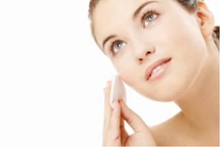 É fundamental usar o protetor solar e limpar a pele antes de dormir - Divulgação
