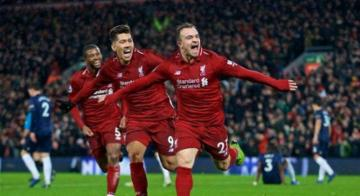 Shaqiri corre com Firmino para comemorar um dos gols que fez na vitória do Liverpool sobre o Manchester United - Reprodução/Twitter/LFC