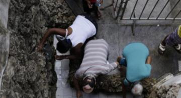 Centenas de fiéis homenageiam a santa dos olhos nesta quinta-feira, 14, no bairro do Comércio, na Cidade Baixa de Salvador - Raul Spinassé | Ag. A Tarde
