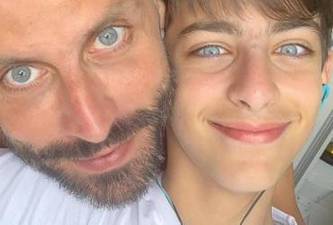 Henri Castelli posta foto com o filho e semelhança impressiona | Divulgação