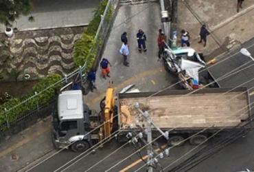 Caminhão e caminhonete colidem na avenida Cardeal da Silva | Cidadão Repórter | Via WhatsApp