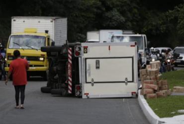 Caminhão baú tomba na avenida Luís Eduardo Magalhães | Raul Spinassé | Ag. A TARDE
