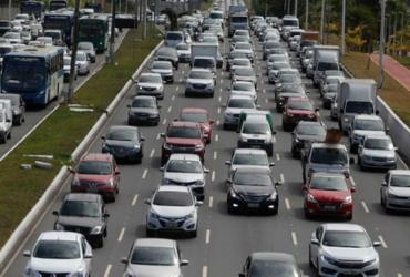 Acidente entre moto e carro deixa um ferido na avenida Paralela | Joá Souza | Ag. A TARDE