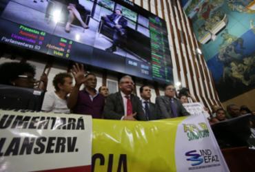Servidores públicos invadem plenário da Alba  