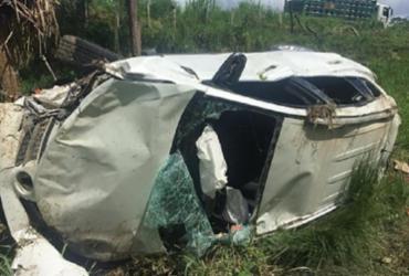 Dois ficam feridos após carro capotar na BR-330 neste sábado