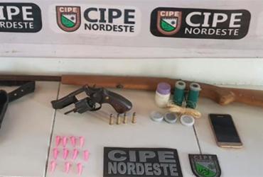 Homem de 22 anos é preso com armas e drogas em Tucano | Divulgação | SSP-BA
