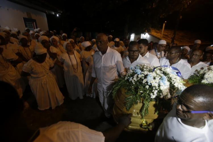 Após ritual, o corpo da sacerdotisa foi levado para o interior do templo