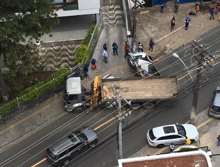 Colisão entre dois veículos ocorreu por volta das 11h51 desta quarta - Foto: Cidadão Repórter | Via WhatsApp
