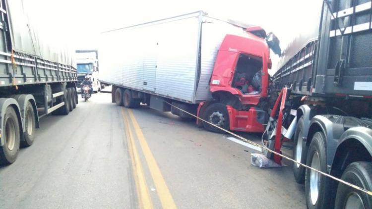 Caminhão invadiu pista no sentido contrário e colidiu frontalmente com carreta - Foto: Divulgação | PRF