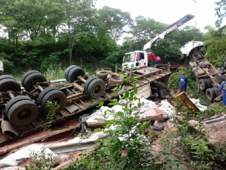 Com o impacto do caminhão, a cabine do veículo foi arrancada. - Foto: Divulgação   Acorda Cidade