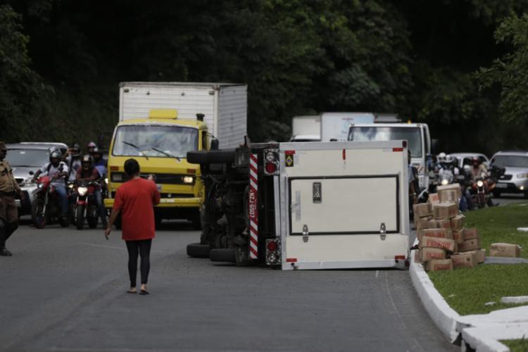 Acidente ocorreu próximo ao túnel, no sentido avenida Paralela - Foto: Raul Spinassé | Ag. A TARDE