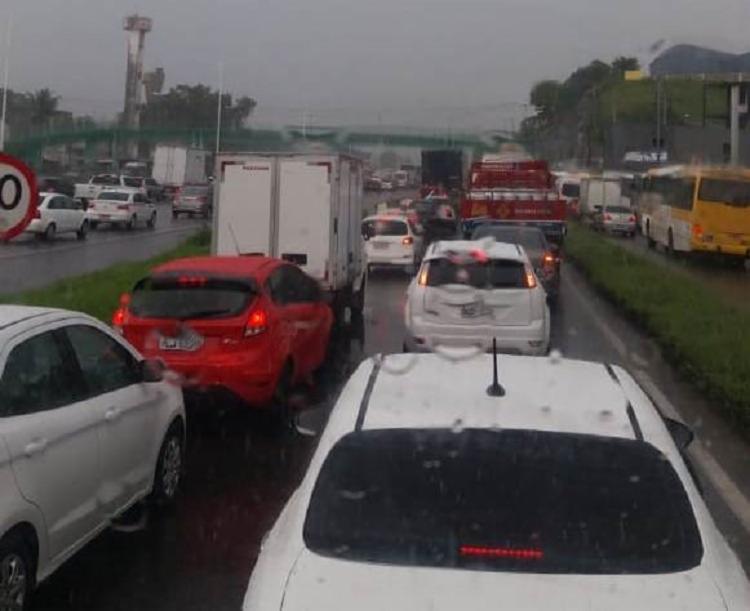 A Polícia Rodoviária Federal realizou o bloqueio da pista para prestar atendimento às vítimas - Foto: Divulgação | Acorda Cidade