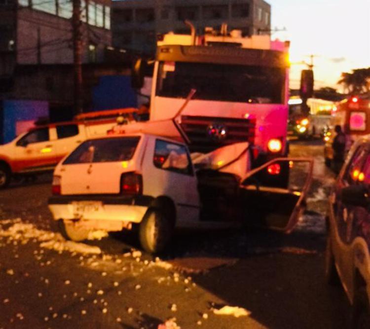 Com o impacto, o carro de passeio ficou completamente destruído - Foto: Cidadão Repórter   Via whatsapp