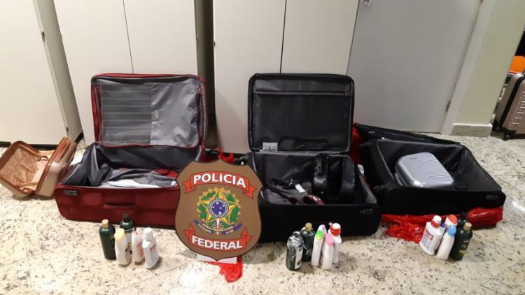 A droga estava acondicionado em frascos e no forro de três malas usadas pelas detidas - Foto: Divulgação | PF