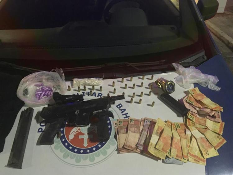 A polícia encontrou com os suspeitos drogas, munições e dinheiro - Foto: Divulgação | SSP-BA