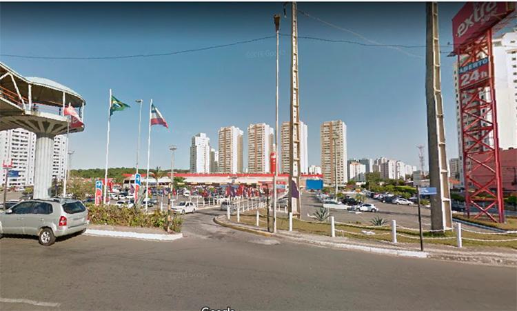 O assalto aconteceu em um ponto de ônibus nas proximidades do supermercado Extra, no bairro Paralela - Foto: Reprodução | Google Maps