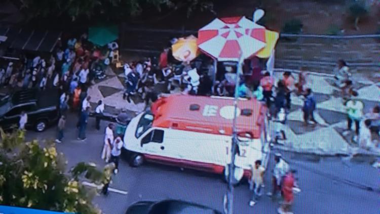 As vítimas estavam em um ponto de ônibus nas proximidades do Teatro Castro Alves (TCA) - Foto: Reprodução   Tv Itapoan