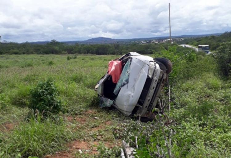 O veículo estava em alta velocidade quando o condutor acabou perdendo o controle da direção e capotou - Foto: Wilker Porto   Reprodução   site Agora Sudoeste