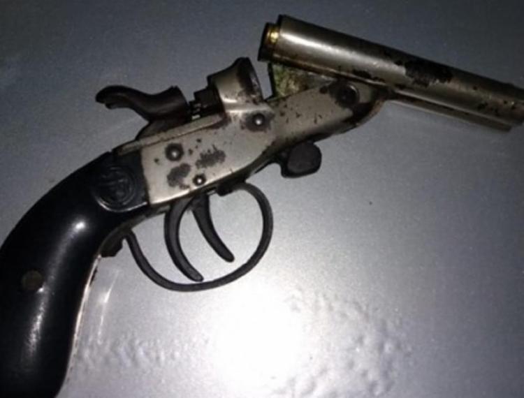 Adolescente uso uma arma de fabricação caseira para atirar no homem - Foto: Reprodução | Site Voz da Bahia