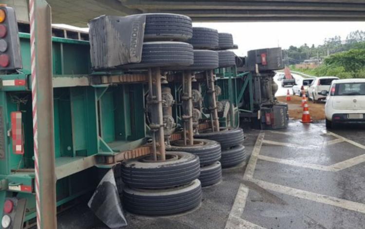 Até as 16h, o veículo ainda não havia sido retirado da via - Foto: Divulgação | PRF