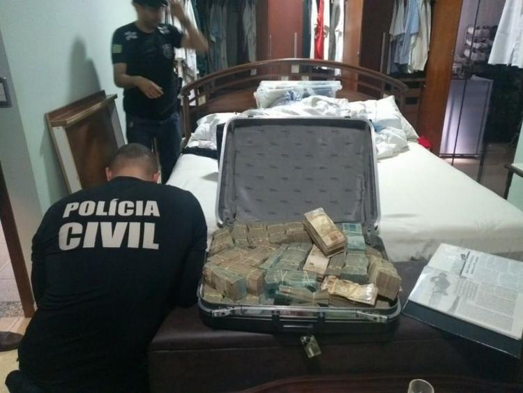 Os agentes encontraram o dinheiro dentro de uma mala - Foto: Divulgação | Polícia Civil de Goiás