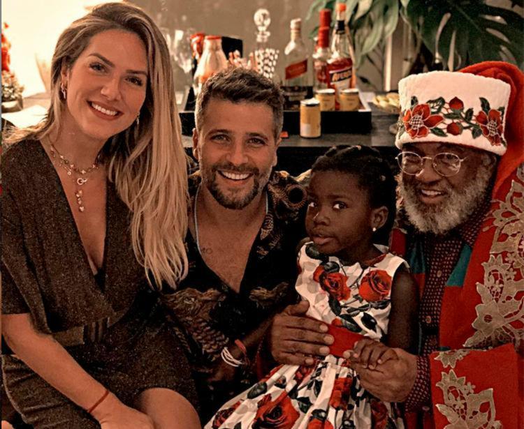 Imagem da família com o Papai Noel foi publicada nas redes sociais dos atores - Foto: Reprodução | Instagram
