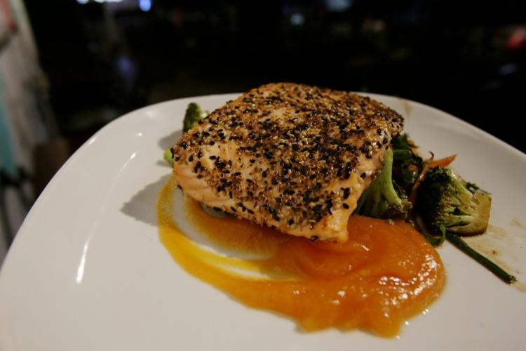 o Buddha Sesame Seed Salmon, salmão grelhado envolto por gergelim, sai por R$ 42 - Foto: Adilton Venegeroles | Ag. A TARDE