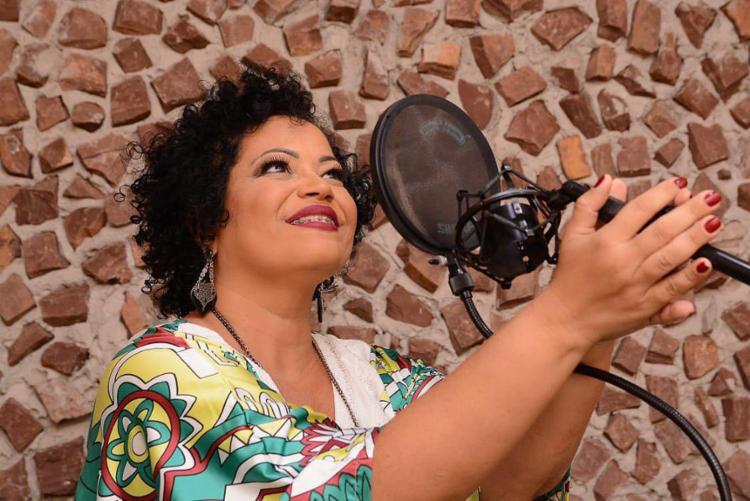 A sobrinha do cantor e compositor Ederaldo Gentil, Carla Gentil está entra as atrações - Foto: Divulgação