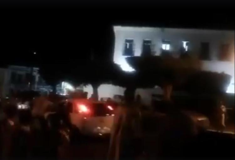 O veículo invadiu o cortejo religioso, mas ninguém ficou ferido - Foto: Reprodução l Voz da Bahia