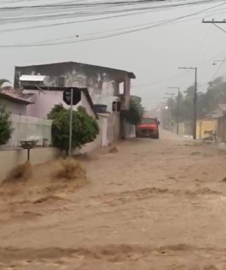 O município de Carrapichel ficou com as ruas alagadas, após madrugada de chuva