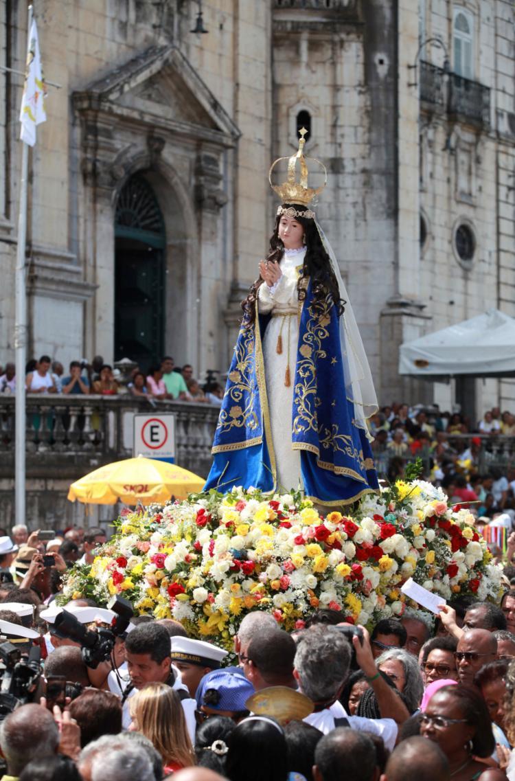Após a celebração eucarística, devotos fazem a tradicional procissão em honra à Mãe de Jesus pelas ruas do Comércio - Foto: Adilton Venegeroles l Ag. A TARDE