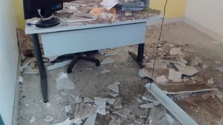 Teto da unidade localizada na Pituba desabou e deixou cômodo repleto de destroços - Foto: Cidadão Repórter