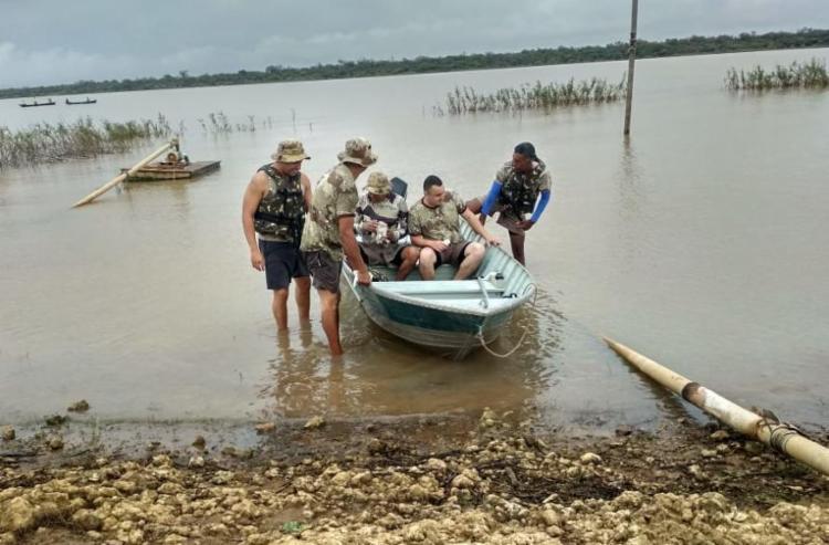 Equipes seguem á procura de outras três pessoas que estavam na canoa - Foto: Divulgação | SSP-BA