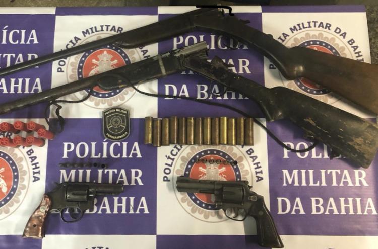 Dois revólveres calibre 38, duas espingardas foram apreendidas nesta ação. - Foto: Divulgação SSP-BA